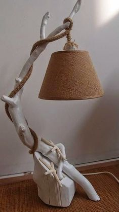 DIYs with driftwood – new beautiful crafts and decoration ideas While some people see driftwood as garbage, this does not mean that others with rich imagination cannot turn them into astonish… Driftwood Furniture, Driftwood Lamp, Driftwood Projects, Driftwood Ideas, Wooden Lamp, Wooden Decor, Wooden Diy, Diy Wood, Furniture Projects