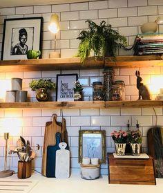 Küche mit weißen Fliesen und einem Regal in Naturholz. Kitchen with white tiles and a shelf in natural wood. Decor, Kitchen Inspirations, Interior, Kitchen Decor, Home Decor, House Interior, Small Lamps, Wood Shelves, Home Kitchens