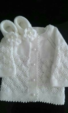 Discover thousands of images about Harika olmuş elleriniz dert göBeğenme, 228 Yorum - InsThis post was discovered by Galina Proskurova. Discover (and save!) your own Posts on Unirazi.Baby Cardigan and Shoes Joli modèle. Baby Cardigan Knitting Pattern Free, Crochet Baby Jacket, Knitted Baby Cardigan, Knit Baby Sweaters, Knitted Baby Clothes, Baby Knitting Patterns, Knitting Designs, Baby Patterns, Knitted Afghans