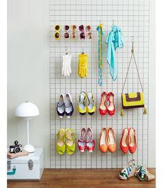 Une simple grille et des petits crochets pour bien ranger les chaussure