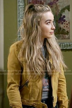 Maya's yellow jacket with lace-up sleeves on Girl Meets World – Hair Tv Show Outfits, Girl Outfits, Cute Outfits, Band Outfits, Boy Meets World Quotes, Girl Meets World, Lady Gaga, Maya Girl, Sabrina Carpenter Outfits