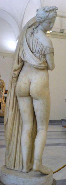 De la Venus Calipigia (o de las bellas nalgas) se encontró una copia romana que durante mucho tiempo se conservó en el Palacio Farnesio. Desde 1802 la pieza pasó a Nápoles donde hoy se encuentra, en el Museo Arqueológico Nacional de esa ciudad. De la obra clásica hay versiones neoclásicas, como la del Louvre, de F. Barois, del S. XVII, o la del Hermitage, ya del S.XVIII.