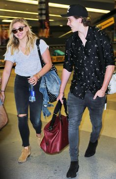 Chloë Grace Moretz and Brooklyn Beckham arrived in New York on Monday. The happy couple rocked casual outfits. See their full looks here. Brooklyn Beckham And Chloe, Guy Outfits, Casual Outfits, Inspirational Celebrities, Chloe Grace Moretz, Fashion Couple, Fashion Photo, Cute Couples, Casual Dressing