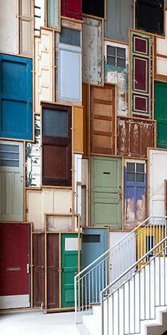 Piet Hein Eeek. Wall of doors. Kunstopdrachten.