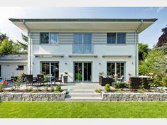 Haus des Monats von LUXHAUS GmbH & Co. KG - Walmdach 208 gesehen auf www.haus-xxl.de