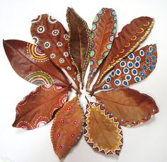 This arrangement of leaves is beautifully painted & then set out in a circular design. Leaf Crafts, Diy And Crafts, Crafts For Kids, Arts And Crafts, Feather Painting, Feather Art, Autumn Art, Autumn Leaves, Dry Leaf Art