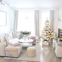 Obraz może zawierać: salon, tabela i w budynku Christmas Tree Decorations, Table Decorations, Christmas Eve, Christmas Trees, Table Settings, Living Room, Interior Design, Instagram Christmas, Places