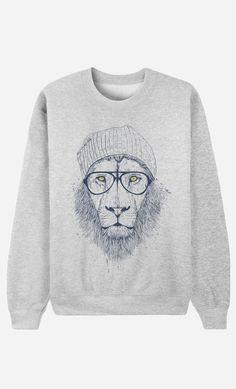 "Sweat Homme Original ""Cool Lion"" by Solti Balazs - Art Shop - Wooop. Fashion Sense For Men, Dope Fashion, Mens Fashion, Pom Pom Shirts, Grey Sweatshirt, Graphic Sweatshirt, Sweat Gris, Fresh Brand, Inspiration Mode"