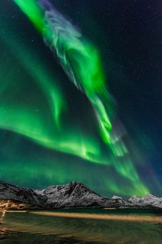 Aurora Borealis / Northern Lights Absolutely amazing light show, Rekjavik, Iceland Beautiful Sky, Beautiful Landscapes, Beautiful Places, Aurora Borealis, Imagen Natural, Cool Pictures, Cool Photos, Northen Lights, Images Wallpaper