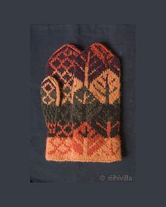 Riihivilla, Dyeing with natural dyes: Mittens Lapaset Knitted Mittens Pattern, Crochet Mittens, Crochet Gloves, Knit Or Crochet, Knitting Socks, Knitted Hats, Knitting Patterns, Wrist Warmers, Hand Warmers