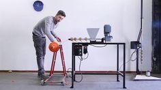 Et s'il était possible de transformer localement, en toute simplicité, ses détritus plastiques en objets utiles ? C'est le pari fou du designer néerlandais Dave Hakkens et de son projet…