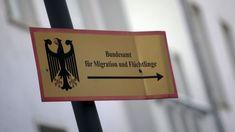 Die Gebäude und Hinweis-Schilder des Bundesamts für Migration und Flüchtlinge (BAMF), aufgenommen  auf dem Areal der Einrichtung in Trie