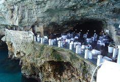 Comer é a última coisa que você vai lembrar de fazer ao visitar este restaurante na cidade Polignano del Mare, na região da Puglia, na Itália. A cozinha e as mesas ficam dentro de uma caverna natural, à beira do mar Adriático, ao norte do Mediterrâneo.
