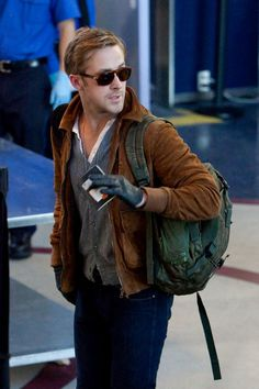 In this new edition of Airport Attire, I am using Ryan Gosling and Jake Gyllenhaal as references as to how guys should dress when traveling. Estilo Ryan Gosling, Ryan Gosling Style, Ryan Gosling Fashion, Sharp Dressed Man, Well Dressed Men, Airport Attire, Airport Outfits, Brown Suede Jacket, Outfits Hombre