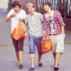 Find images and videos about one direction, niall horan and louis tomlinson on We Heart It - the app to get lost in what you love. Fetus One Direction, One Direction Fotos, One Direction Images, One Direction Wallpaper, One Direction Humor, I Love One Direction, Foto One, Louis And Harry, Oui Oui