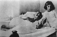 Gandhi jeûnant en 1924, et la jeune Indira Gandhi, fille de Nehru, qui deviendra Premier ministre de l'Inde.