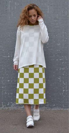 Купить или заказать Платье миди из трикотажа ОЛИВКОВЫЙ в интернет-магазине на Ярмарке Мастеров. Платье из плотного трикотажа прямого силуэта. Вытачки на груди и спине, застежки нет. Форма очень простая, оно не должно обтягивать вас в талии и бёдрах. Но если хотите подчеркнуть формы - примерьте платье на размер меньше, чем обычно носите. Платье мультисезонное: зимой его можно носить с плотными колготками, ботфортами и свитером или длинным кардиганом, а летом с кедами, кроссовками или…