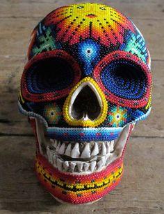 CRÂNIOS ARTÍSTICOS    Artesãos huichóis - um grupo indígena localizado na região oeste do México - tentam reinterpretar e recontextualizar motivos e símbolos religiosos de sua cultura, por meio da arte. Eles transformam crânios humanos e de animais em peças de arte exclusivas. Cada peça é única e é feita a mão.  O povo Huichol é, geralmente, fechado e mantém firmemente suas origens e tradições, sem deixar que a cultura moderna influencie suas crenças e costumes.