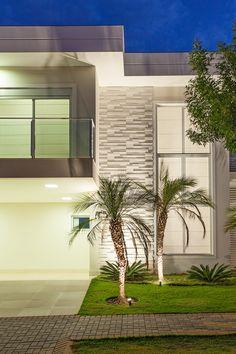 Ouse como o Escritório OMK Arquitetura, que optou pelo revestimento Squadri Branco da Castelatto para compor essa fachada.