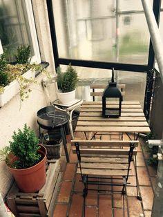 Kleiner, aber feiner und gmütlicher Balkon mit Sitzgelegenheit und Grillmöglichkeit.  Wohnen in Köln. #Cologne #Köln #Grill #Balkon #Sitzgelegenheit