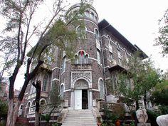 """İzmir Arkeoloji Müzesi. Etnografya Müzesi.-1831 yılında vebalılar için St.Rock Hastanesi olarak inşa edilmişti.Bizans mimarisinin süsleme özelliklerinden izler taşıyan bu neo-klasik yapı,1845 yılında Fransızlar tarafından onarılarak fakir hıristiyanların bakımına ayrılmıştı. İzmir'in işgaliyle Yunanlılar tarafından öksüz Rum çocukları için kullanılır. Bu dönemde Türkler tarafından takılan """"Piçhane"""" adı günümüze kadar gelir.- Traditional House, Beautiful Places, Nostalgia, Old Things, Mansions, History, House Styles, Modern, Travel"""
