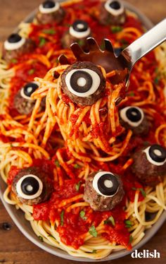 As you start planning your Halloween party, make sure to lure your guests in with a delicious Halloween dinner. Here are our favorite Halloween dinner recipes. Halloween Snacks, Halloween Cocktails, Bolo Halloween, Pasteles Halloween, Hallowen Food, Halloween Dinner, Halloween Celebration, Halloween Party Decor, Easy Halloween