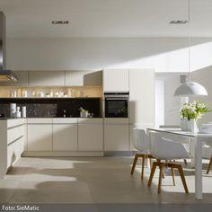 Esstisch und Stühle in Weiß | roomido.com