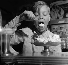 YUM BANANA SPLIT. | 14 Ridiculously Adorable Vintage Pics Of Kids With Ice Cream