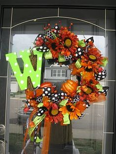 Fall and Halloween cute! Diy Fall Wreath, Autumn Wreaths, Holiday Wreaths, Wreath Ideas, Fall Halloween, Halloween Crafts, Halloween Decorations, Fall Decorations, Halloween Knitting