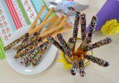 Grissini dolci di carnevale, un'idea golosa e colorata - Dolci Ricette Biscotti, Finger Foods, Yogurt, Food And Drink, Vegetarian, Bread, Cooking, Desserts, Party
