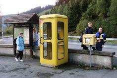 """Das Duell Telefonzelle gegen Handy hat das Mobilfunktelefon für sich entschieden.  Aber """"windgeschützt knutschen"""" oder """"vor Regen flüchten"""" geht dann nicht mehr!"""