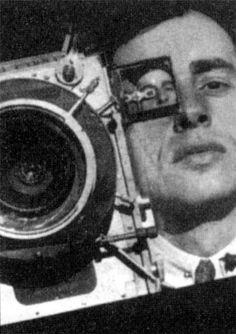 Dziga Vertov, director de cine vanguardista soviético, autor de obras experimentales, como El hombre de la cámara, que revolucionaron el género documental.