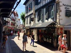 En av den baskiska kustens verkliga pärlor är den historiskt viktiga och vackra staden Saint-Jean-de-Luz, i Baskien. Saints, Street View, Europe, Lucerne