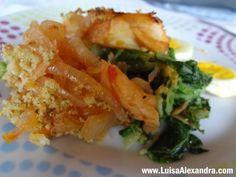 Bacalhau de Cebolada em Cama de Couve e Batata com Cobertura de Broa de Milho e Ovo