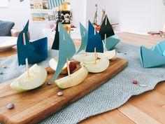 Apfelschnitze mit Mast und Segel