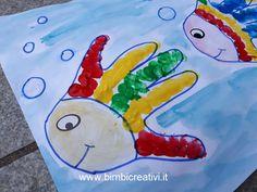 Lavoretto per bambini: pesce realizzato con l'impronta delle mani. Per altre idee www.bimbicreativi.it