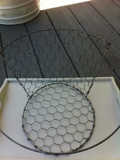 DIY chicken wire basket using tomato cages. Diy Projects To Try, Crafts To Make, Diy Crafts, Chicken Wire Crafts, Old Lamp Shades, Light Shades, Tomato Cages, Creation Deco, Country Crafts