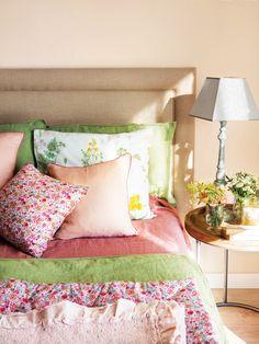 cabecero de una cama con cojines en tonos primaverales Double Bedroom, Master Bedroom, Ideas Hogar, Vintage Shabby Chic, House Colors, Pink Color, Boudoir, Comforters, Bed Pillows