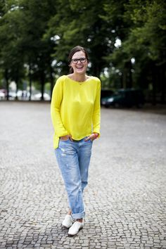 Love the bright yellow, jeans, and neutral flats!