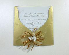 Invitación para Bodas de Oro con sobre repujado dorado, adorno con cinta dorada y detalle de cartuchos