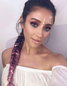 Shay Mitchell. Unicórnio vibes? Temos! Tons vibrantes e cabelo colorido se unem para criar a maquiagem fun ideal para festas à fantasia, né?