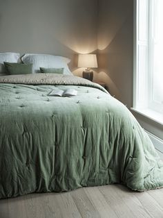 Snuggle up under our supersoft padded 100% cotton velvet quilt. Backed in soft natural linen with a hand tufted velvet front in soft sage, our velvet & linen kingsize quilts are made exclusively for Cox & Cox. Each quilt comes presented in a high quality fabric-backed zip bag with handle, making it a great gift and easy to store away when not in use. Use on top of your duvet for extra warmth during the winter months, or with a lightweight cotton sheet over the summer. The sage velvet ...