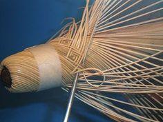編み込み開始        籐が裏を向いたり、重なったり、隙間が開いたりしないように丁寧に籐をネジっていきます。40mmくらい整えたらマスキングテープを貼ります。これは基準線の意味です。       差し込む籐は12cmでカットして両側..