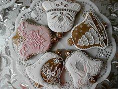 Krása slovenskych vianočnych perníčkov ... Beauty of Slovakian Christmas gingerbread cookies ... by Zita Szalaiová, Hurbanovo, Slovakia Gingerbread House Designs, Christmas Cookies, Christmas Ornaments, Honey Cake, Ginger Bread, Creative Lettering, Cookie Designs, Sugar Art, Royal Icing