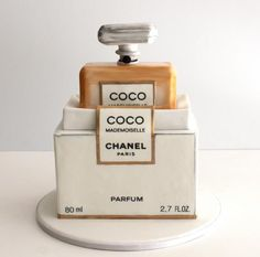 Coco Chanel Perfume cake I have one of these boxes with perfume in it, it was my mother's.kp - Parfumerie et parapharmacie - Parfumeries - Chanel Coco Chanel Cake, Bolo Chanel, Mademoiselle Coco Chanel, Unique Cakes, Creative Cakes, Cupcakes, Cupcake Cakes, Beautiful Cakes, Amazing Cakes