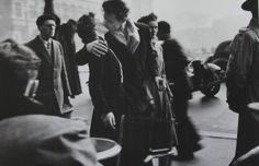 """Hoy se cumplen 100 años del nacimiento de un fotógrafo francés, un fotógrafo de gente corriente que pasó más de 60 años de su vida retratando la vida cotidiana de su ciudad, París. Se trata de Robert Doisneau. Su última fotografía la tomo a la edad de 80 años, y se sumó a los más de 450.000 negativos que nos legó a todos, sin embargo por encima de todas esas fotografías, una ha pasado a convertirse en un icono del siglo XX. """"Le baiser de l'Hôtel de Ville"""" o """"El beso""""."""