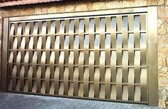 Portão de Chapa EP-513 pode conter revestimento de #chapa #20 ou #24 #galvanizado a fogo com 70mm de largura no desenho vertical, diagonal ou espinha de peixe.