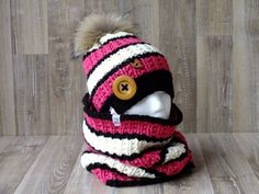 Ensemble Esquimau tuque et snood tricoté à la main pompon fourrure de raton laveur Crochet Baby Hats, Crochet Scarves, Knitted Hats, Knit Crochet, Loom Knit Hat, Loom Knitting, Cool Coloring Pages, Owl Hat, Pom Pom Hat