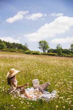 Daylesford, Cotswolds - The Londoner Spring Aesthetic, Nature Aesthetic, Daylesford, Foto Pose, Summer Picnic, Plein Air, Aesthetic Pictures, Summer Vibes, Aesthetic Wallpapers