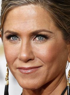 Close-up of Jennifer Aniston at the 2015 Golden Globe Awards. http://beautyeditor.ca/2015/01/12/golden-globes-2015